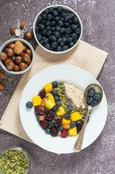 Gesundes frühstück mit haferbrei mit früchten