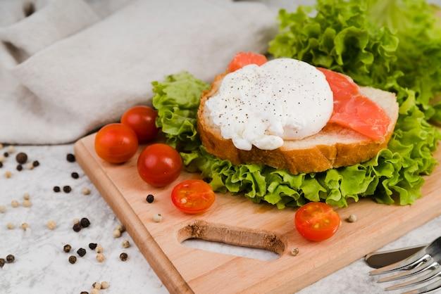 Gesundes frühstück mit hohem winkel auf holzbrett