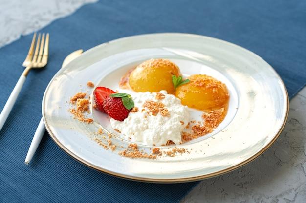 Gesundes frühstück mit hüttenkäse und aprikosen aus der dose