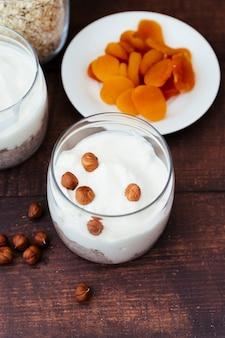 Gesundes frühstück mit joghurt und trockenfrüchten