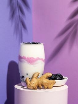 Gesundes frühstück mit joghurtzusammensetzung