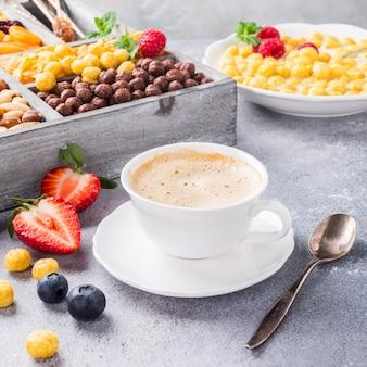 Gesundes frühstück mit kaffee und müsli