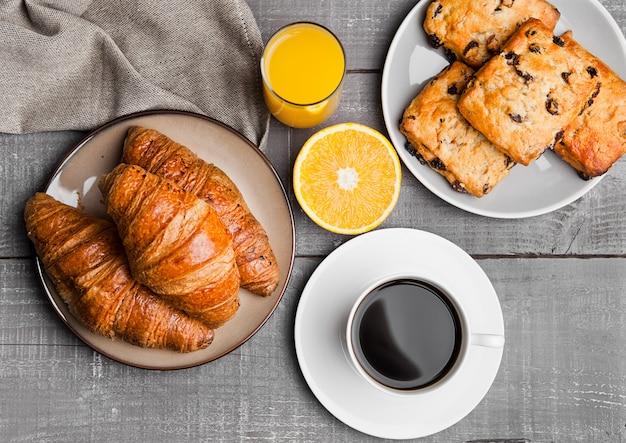 Gesundes frühstück mit kaffeesaft trägt gebäck auf holztisch früchte