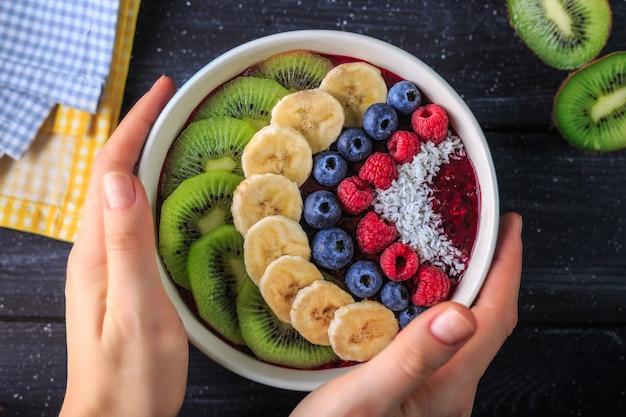Gesundes frühstück mit köstlichem acai smoothie in der schüssel