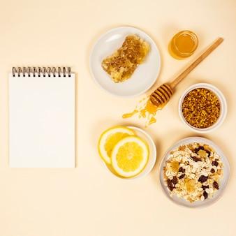 Gesundes frühstück mit leerem gewundenem tagebuch