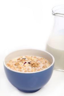 Gesundes frühstück mit milch und müsli