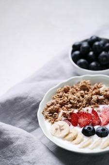 Gesundes frühstück mit müsli und obst