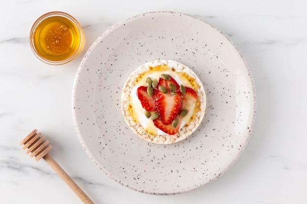 Gesundes frühstück mit obst und honig