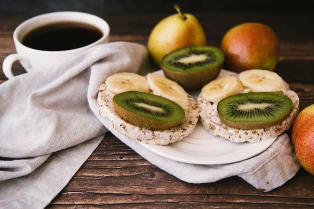 Gesundes frühstück mit obst und kaffee