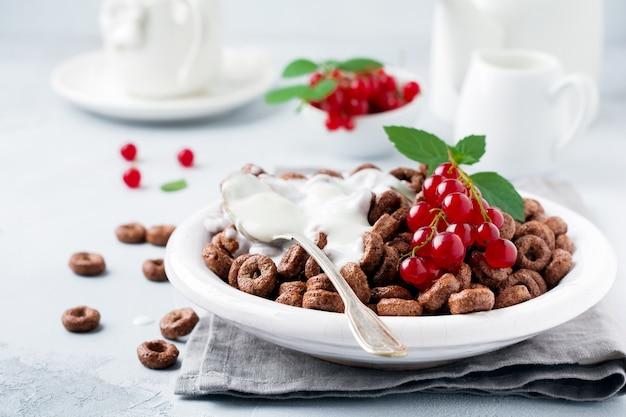 Gesundes frühstück mit schokoladenmaisringen