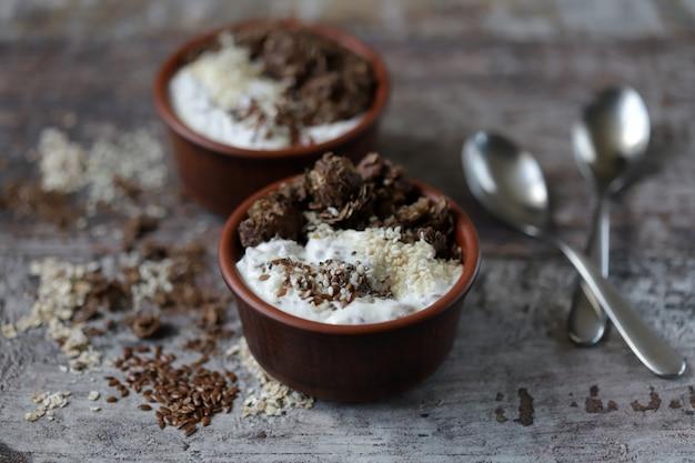 Gesundes frühstück oder nachtisch mit griechischem joghurt, schokoladengranola und samen. keto-diät.
