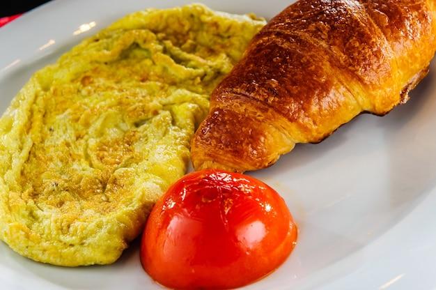 Gesundes frühstück, omelett und croissant.