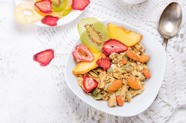 Gesundes frühstück selbst gemachtes granola mit fruchtchips