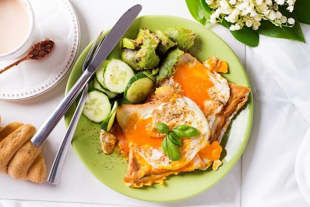 Gesundes frühstück serviert mit tee