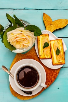 Gesundes frühstück. tasse kaffee (schwarzer tee), milch, cracker mit butter und lachs