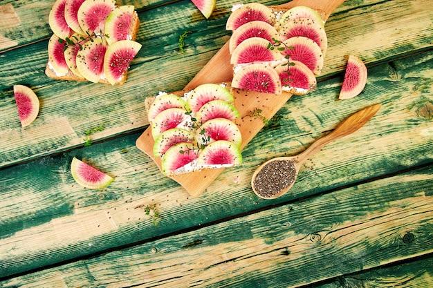 Gesundes frühstück toast aus geschnittenem wassermelonenrettich