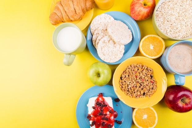 Gesundes frühstück, verschiedene sortimente, orangensaft, müsli, croissant, kaffee und obst,
