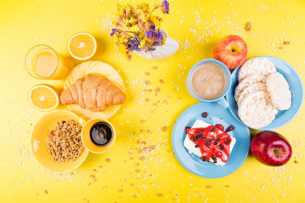 Gesundes frühstück. verschiedenes sortiment.