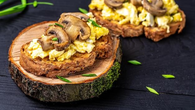 Gesundes frühstück vollkorn toast mit rührei mit pilzen