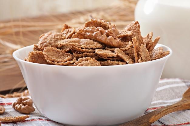 Gesundes frühstück - vollkornmüsli in einer weißen schüssel