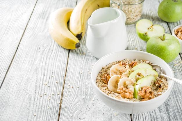 Gesundes frühstückshafermehl mit nussanzeigenfrüchten