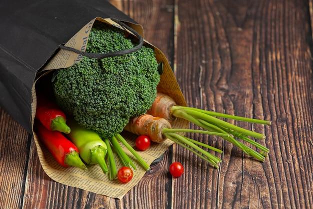 Gesundes gemüse auf holztisch