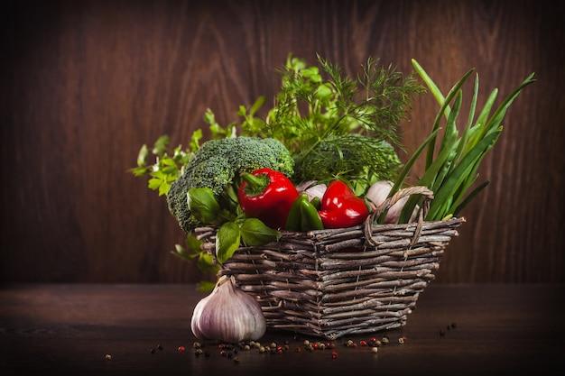 Gesundes gemüse und kräuter im weidenkorb