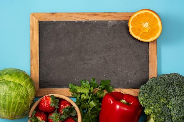 Gesundes gemüselebensmittel auf blauem hintergrund