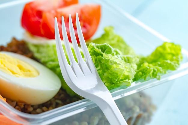 Gesundes, gesundes essen in einem plastikbehälter
