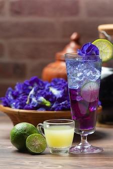 Gesundes getränk, bio-tee mit blauen erbsenblüten, zitrone und limette.