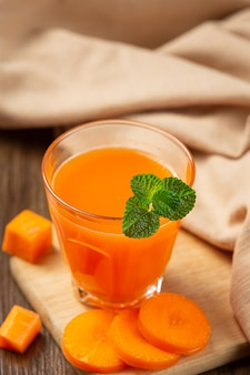 Gesundes getränk, frischer karottensaft
