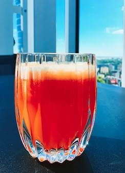 Gesundes getränk, fruchtvitamine und getränkekarte, frischer saft im luxusrestaurant im freien, essensservice ...