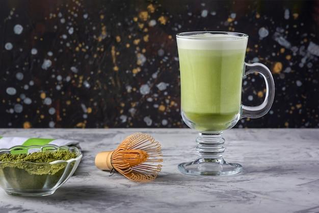 Gesundes getränk mit eulenmilch. matcha grüntee latte. vegetarisches produkt