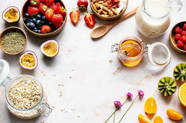 Gesundes haferflocken-rezept mit früchten und nüssen