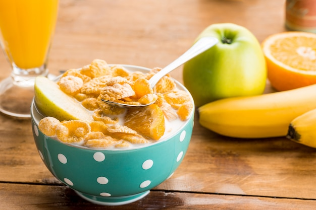 Gesundes hausgemachtes frühstück aus müsli
