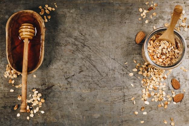 Gesundes hausgemachtes müsli und honig. gesundes essen