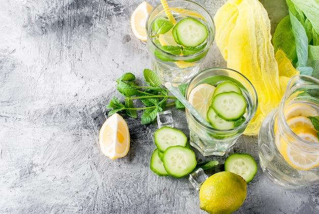 Gesundes hineingegossenes zitrusfruchtsassiwasser mit zitrone und gurke