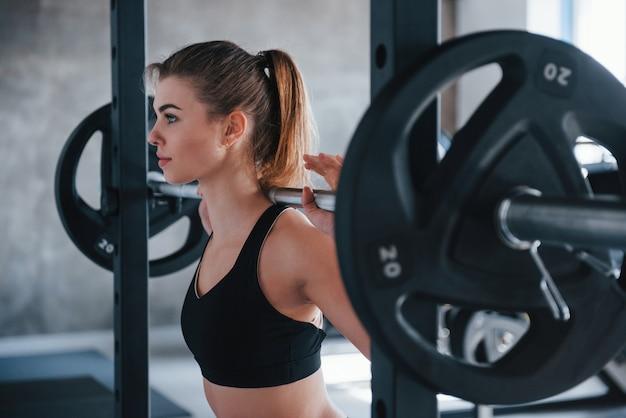 Gesundes hobby. foto der herrlichen blonden frau im fitnessstudio zu ihrer wochenendzeit