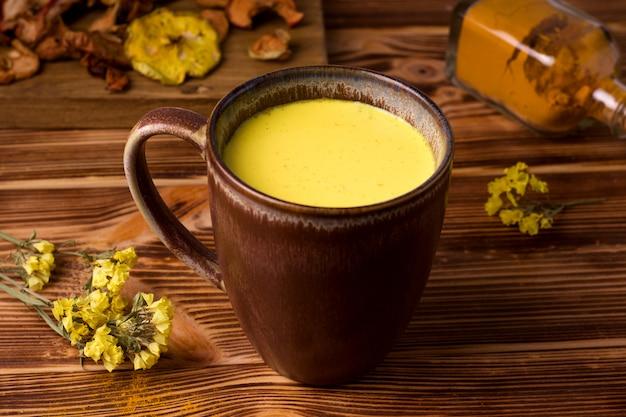 Gesundes indisches getränk goldene milch