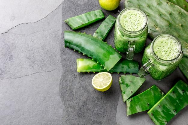 Gesundes kaktus-, aloe vera- und zitronenentgiftungsgetränk in gläsern