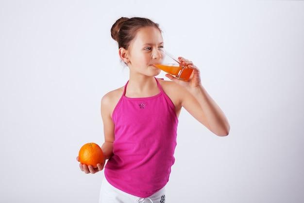 Gesundes kind trinkt saft. das konzept der gesunden ernährung