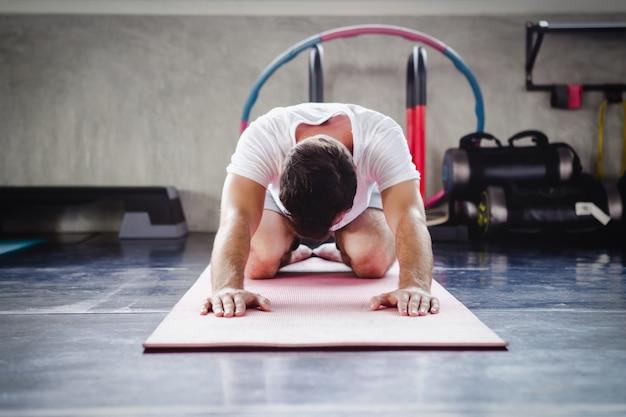 Gesundes körpertraining des asiatischen lebensstils der jungen männer in der turnhalle, sportart-yogakonzept