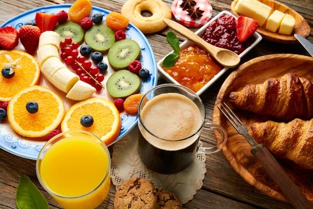 Gesundes kontinentales frühstück mit frühstücksbuffet