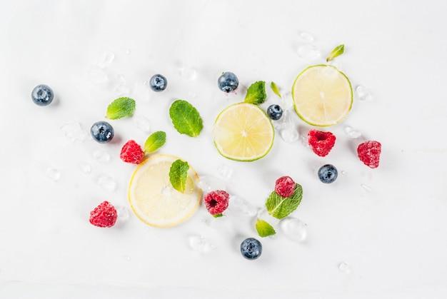 Gesundes konzept des biologischen lebensmittels und des getränks, auswahl der frischen frucht und beeren, kalkzitronenhimbeerblaubeermuster