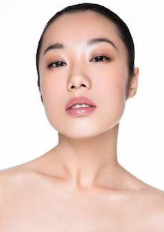 Gesundes kosmetisches make-upporträt der asiatischen frau der schönheit auf weiß