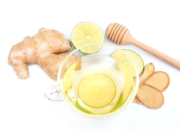 Gesundes kräutergetränk in tasse oder tee mit zitronen-ingwer und honig-stick-tropfer