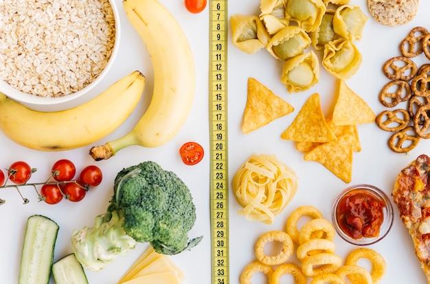 Gesundes lebensmittel der draufsicht gegen ungesundes lebensmittel