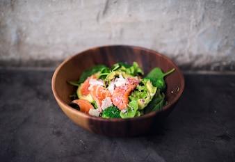 Gesundes Lebensmittel des Avocadolachs-Salats in der rustikalen Art