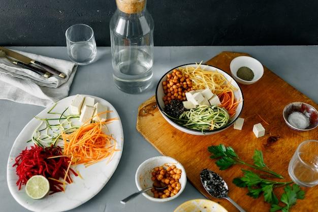 Gesundes lebensmittel säubern das essen, schüssel buddha kochend, spiralisiertes gemüse