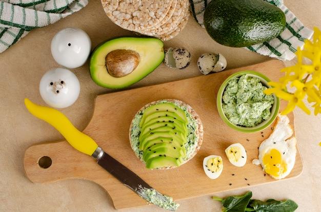 Gesundes lebensmittel und ketogenes diätkonzept.